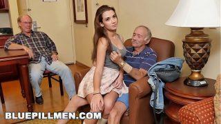 Naomi Alice mangia due cazzi del vecchio