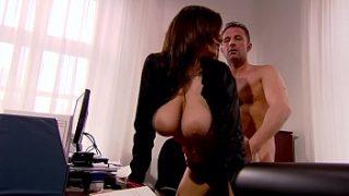 Il regista di tette enormi fa sesso nel suo ufficio
