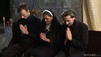 Antonia Deona è pronta a pregare e scopare selvaggiamente durante un'orgia incredibilmente calda.