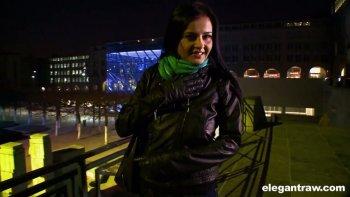 Buxom Candy Alexa è una splendida MILF che vuole prendere la BBC nel suo ano.