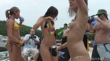 Festa stravagante in riva al fiume con tante ninfomani pazze che scuotono il culo.