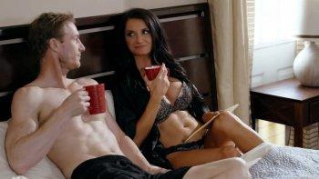 Il caffè del mattino è buono come una scopata missionaria bollente con Silvia Saige.