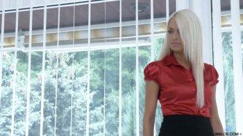 Incredibile troia da ufficio con i capelli lunghi Lena Love si spoglia per giocare con le tette.