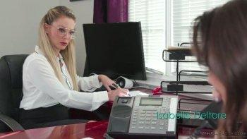 Isabelle Deltore, troia da ufficio dall'aspetto rigoroso ma troppo arrapata, vuole essere toccata.