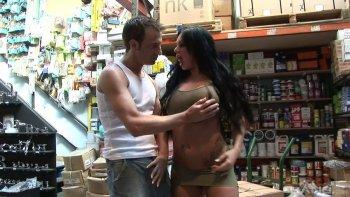 Kerry Louise offre al lavoratore osceno un fantastico pompino nel magazzino.