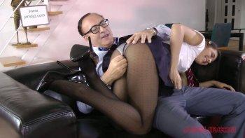 La bella e svelta Carolina Abril è una studentessa vigorosa che è brava a succhiare il cazzo.