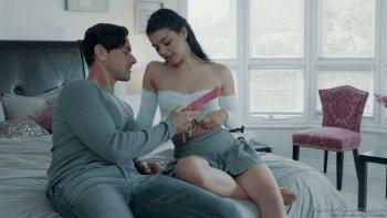 La bella emozionale Gina Valentina stuzzica il clitoride con il vibratore mentre viene scopata.