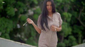 La bella Kendra Roll si sbottona la maglietta mentre vuole giocare con le tette.