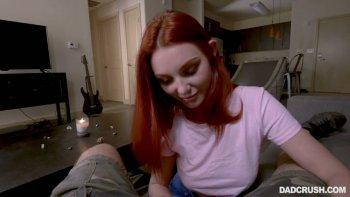La bella rossa affascinante Lacy Lennon fa un bel pompino.
