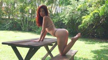 La bella zenzero Agatha Vega si spoglia e mostra la sua figa sul tavolo da picnic.