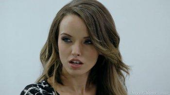 La bellezza loquace e ben modellata Silvia Saige coglie l'occasione per cavalcare un cazzo.