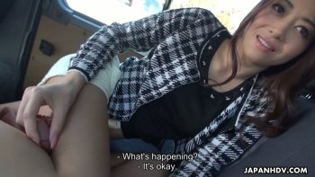 La cattiva troia giapponese Maki Hojo è pronta per un tour sessuale e un pompino in macchina.