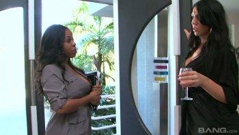 La fantastica MILF dal seno perfetto Aryana Adin è sempre pronta a leccare la figa succosa.