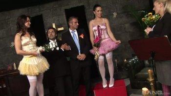 La festa di matrimonio privata finisce in un'orgia bollente con la lussuriosa sposa Antonia Deona.