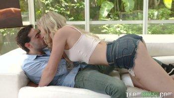 La fica invitante della fidanzata ben confezionata April Aniston è fottuta alla pecorina.