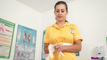 La lussuriosa infermiera Tindra Frost sbottona il vestito giallo uniforme e gioca con le tette.