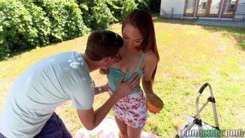 La lussuriosa Sabrina Rey trasforma il picnic in un fantastico sesso alla pecorina.