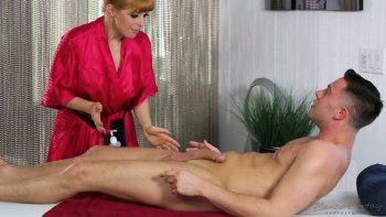La massaggiatrice MILFie Penny Pax vuole cavalcare e succhiare il cazzo forte del cliente.