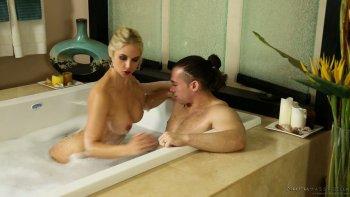 La massaggiatrice sbalorditiva Sarah Vandella succhia e cavalca un cazzo oliato.