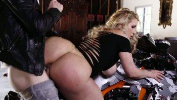 La perfetta signora dell'ufficio dal seno enorme Ryan Conner viene inchiodata da un motociclista osceno.