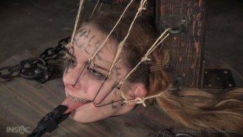 La povera sottomessa Jessica Kay viene messa nella botte di legno e trattata duramente.