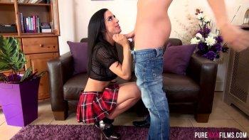 La puttana alta e tatuata Skylar Mckay viene sbattuta da dietro dal suo cliente.