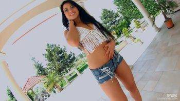 La ragazza russa abbronzata Taissia Shanti usa un dildo per accarezzare entrambi i suoi buchi affamati.