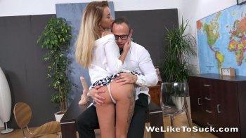 La responsabile del reparto vendite Katrin Tequila offre alcuni nuovi dildo al suo capo.