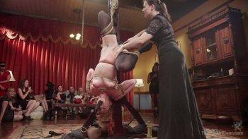 La rossa hogtied Syren De Mer si fa masturbare la fica in un bordello.