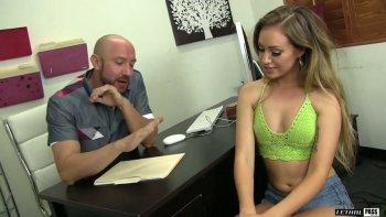 La seducente tettona Lyra Louvel attira l'intervistatore per fare sesso per ottenere un lavoro.