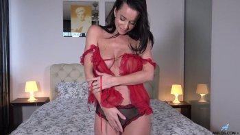La signora ardente dal seno grande Cindy Dollar si sbarazza della sua camicia da notte e accarezza la sua fessura.