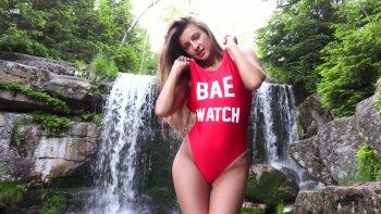 La solitaria e bellissima ragazza formosa Maria si libera del costume da bagno rosso e va da sola.