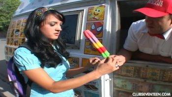 La timida dolce Deena Daniels viene attirata dal venditore di gelati e scopata nel suo furgone.