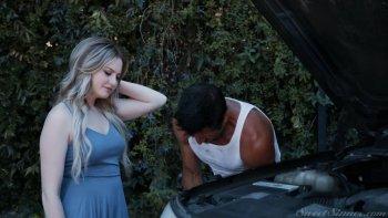 La zelante ragazza abbastanza seducente Britney Light è fatta per cavalcare un grosso cazzo.