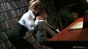L'agente speciale Bootyful Cathy Heaven attira il suo collega per il sesso in ufficio.