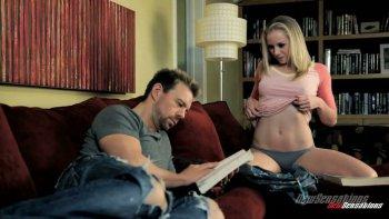 L'uomo dei libri viene attratto dall'affascinante ragazza piena di bottino Tracey Sweet per il sesso bollente.