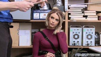 Per essere rilasciata, la sexy e colpevole hottie ramata Emma Hix viene colpita con forza.