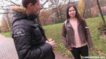 Raccolto nella ragazza del parco Cassie Fire cavalca un cazzo duro di un ragazzo appena incontrato.