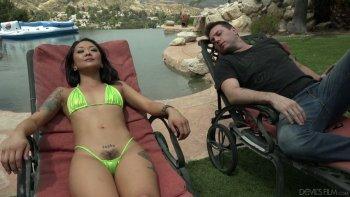 Ragazza asiatica viziosa con le tette piccole Saya Song fa un pompino sulla sedia a sdraio.