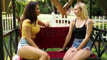 Ridacchiando Vanessa Veracruz stuzzica la sua ragazza lesbica piuttosto oliata.