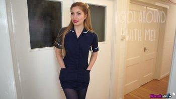 Uno spettacolo di spogliarello da solista sensuale dell'ardente infermiera Stephanie Carter.