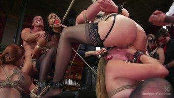 Un'orgia selvaggia di schiavitù con un sacco di scopate in bocca e con le dita.