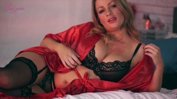 Ardent Penny Lee sembra più che splendida nella sua lingerie di pizzo.