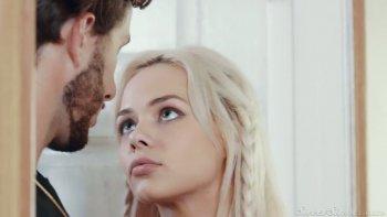 Barbuto fortunato BF martella la succosa figa pelata della sua adorabile fidanzata ramata Elsa Jean.