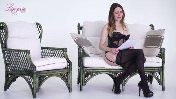 La ninfomane pallida ma ancora piuttosto calda Samantha Bentley posa in roba nera.