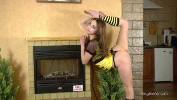 L'adolescente super flessibile Anna Nebaskowa mostra il suo culo succoso e stretto.