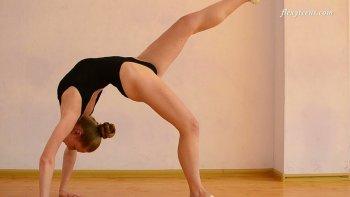 L'adorabile adolescente sportiva Anna Mostik fa dei simpatici trucchi di ginnastica.