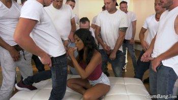 L'affascinante ragazza nera di 20 anni Nia Nacci è così appassionata di succhiare un sacco di cazzi.