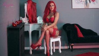 Roxi K dai capelli rossi ardenti è pronta a mostrarti le sue tette strette.